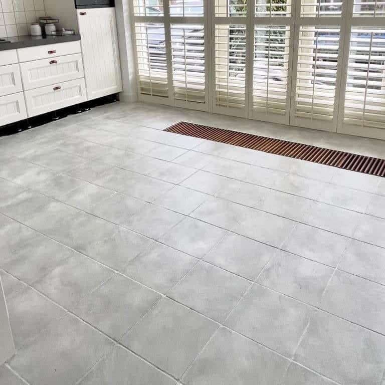 Betonlookverf - inspiratie - tegels - vloer - kiezel - keuken
