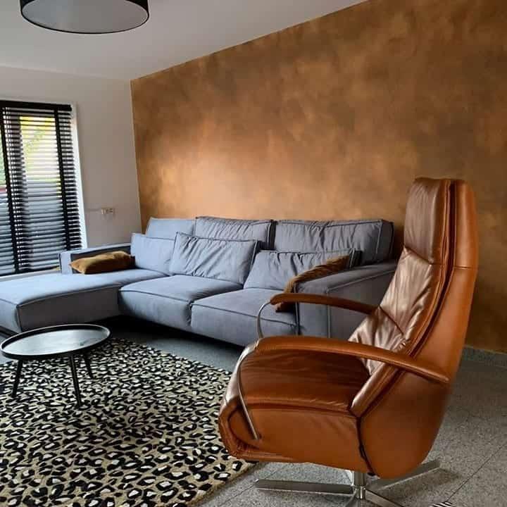 Betonlookverf - inspiratie - muren - cognac - woonkamer